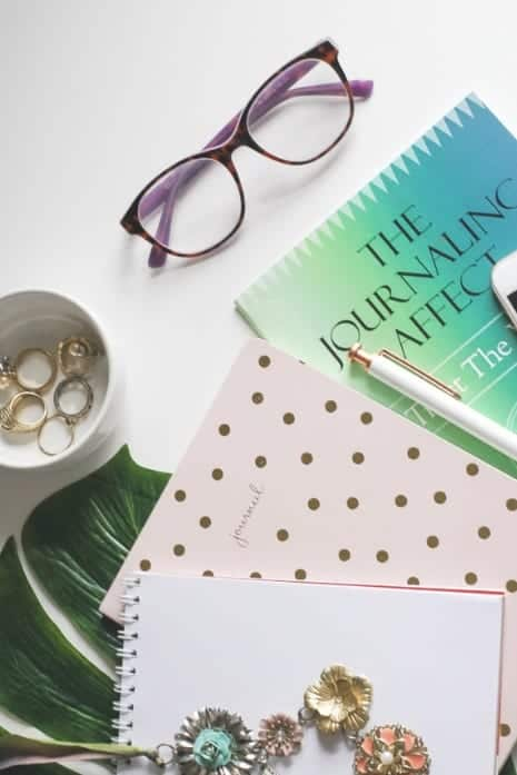 Want free feminine styled stock photos? Check out this list to get over 1,000 free stock photos to brand your blog, or re-pin for later #girlboss #femininephotos